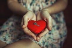 Clave a un corazón foto de archivo