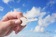 Clave y cielo de la mano Fotos de archivo libres de regalías