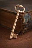 Clave y libro foto de archivo