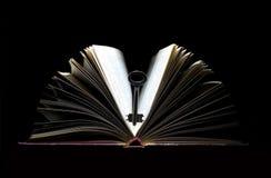 Clave y libro fotos de archivo libres de regalías