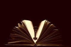 Clave y libro imágenes de archivo libres de regalías