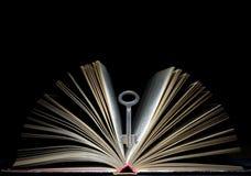 Clave y libro imagenes de archivo