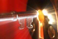 Clave y ojo de la cerradura con la luz Imágenes de archivo libres de regalías