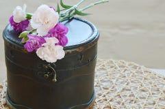 Claveles con la caja de madera antigua vieja Imágenes de archivo libres de regalías