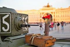 Claveles rojos en una caja de arma y una caja de cáscaras en un pequeño soviet Imagenes de archivo