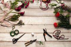Claveles, rosas rojas, calas púrpuras en una tabla de madera en una floristería fotos de archivo libres de regalías