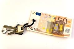 Claves con la etiqueta del billete de banco del euro 50 Foto de archivo