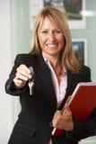 Claves de entrega del agente de la propiedad inmobiliaria de sexo femenino Foto de archivo libre de regalías
