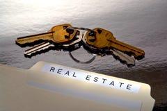 Claves de la carpeta y de la casa de las propiedades inmobiliarias Imagenes de archivo