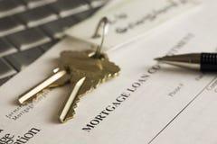 Claves, declaración de la hipoteca y pluma en una computadora portátil Fotos de archivo