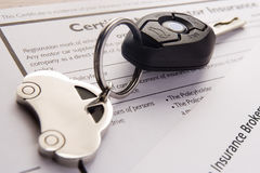 Claves del coche en documentos del seguro Foto de archivo libre de regalías