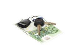 Claves del coche y de un dinero Fotografía de archivo