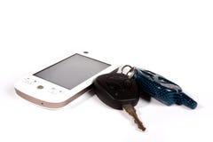Claves del coche y teléfono elegante Fotos de archivo libres de regalías