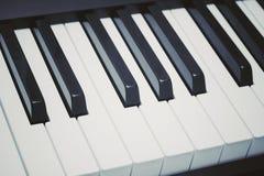 Claves del piano La foto muestra las llaves del piano con el post-processing en un estilo del vintage fotografía de archivo libre de regalías