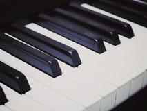 Claves del piano La foto muestra las llaves del piano con el post-processing en un estilo del vintage foto de archivo