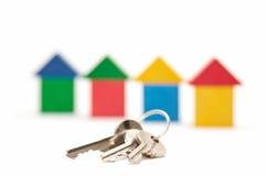 Claves en el fondo de las casas Imagen de archivo libre de regalías