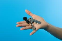 Claves en la mano de los womans imágenes de archivo libres de regalías