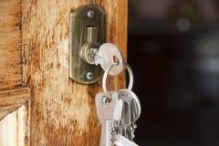 Claves en la puerta principal Imagen de archivo libre de regalías