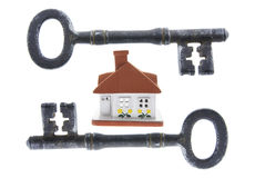 Claves esqueléticos y casa Foto de archivo