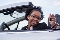 Claves jovenes del coche de la explotación agrícola del programa piloto de la mujer negra foto de archivo libre de regalías