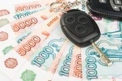 Claves y dinero del coche Imágenes de archivo libres de regalías