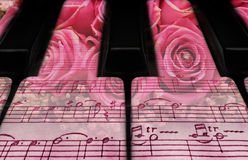 Claves y rosas del piano Foto de archivo
