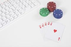 Clavier à côté des jetons de poker et des cartes de jouer Photographie stock libre de droits