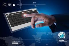 Clavier émouvant de calculateur numérique d'homme d'affaires Photographie stock libre de droits
