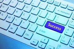 Clavier avec le bouton bleu de succès, concept d'affaires Photo libre de droits