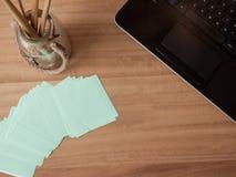 Clavier avec le papier et les pinceaux de note image libre de droits