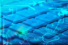 Clavier avec les icônes rougeoyantes de technologie de nuage Image stock
