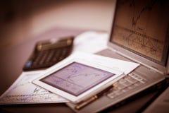 Clavier avec un téléphone et un comprimé se trouvant au-dessus de lui Images stock