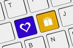 Clavier d'ordinateur avec des clés d'amour Images stock