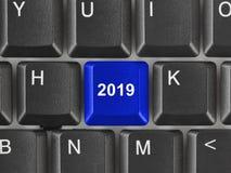 Clavier d'ordinateur avec la clé 2019 image stock