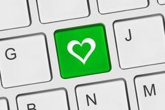 Clavier d'ordinateur avec la clé d'amour Photographie stock