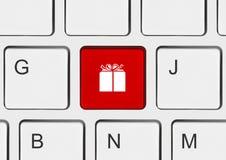 Clavier d'ordinateur avec la clé de cadeau Photos stock