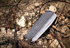 Clavier d'ordinateur dans les déchets Image stock