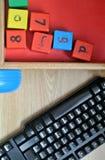 Clavier d'ordinateur et jeu en bois de cubes Images stock