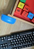 Clavier d'ordinateur et jeu en bois de cubes Photographie stock