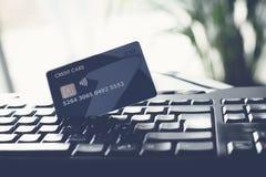 Clavier d'ordinateur et par la carte de crédit image libre de droits