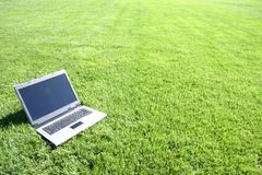 Clavier d'ordinateur portatif dans un domaine vert Photos libres de droits