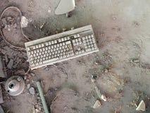 Clavier d'ordinateur très vieux, abandonné et couvert en poussière Photographie stock libre de droits
