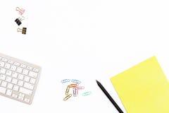 Clavier d'ordinateur, trombone de bloc-notes jaune et crayon noir sur un fond blanc Concept minimal d'affaires pour le bureau Photo libre de droits