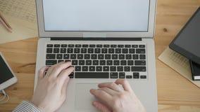 Clavier de dactylographie fonctionnant d'ordinateur portable d'indépendant de vue supérieure banque de vidéos