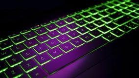 Clavier de Gamer avec le contre-jour vert, ordinateur portable moderne Images stock