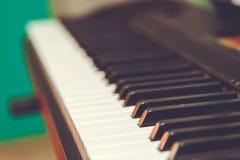 Clavier de piano électronique de synthétiseur d'isolement sur le fond blanc avec le chemin de coupure photos stock