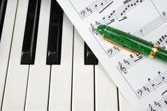 Clavier de piano avec la rayure et le crayon lecteur de musique photo stock
