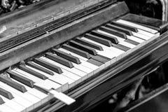 Clavier de piano cassé en gros plan Images libres de droits