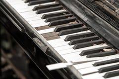Clavier de piano cassé en gros plan Images stock