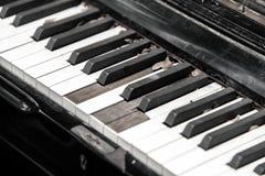 Clavier de piano cassé en gros plan Photos libres de droits